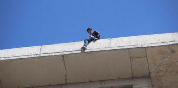 Kirasını ödeyemedi, çatıya çıktı