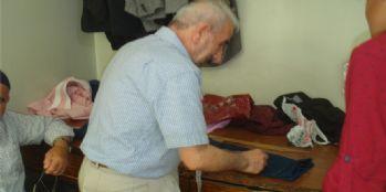 70 yaşındaki terzi, gençlere taş çıkartıyor