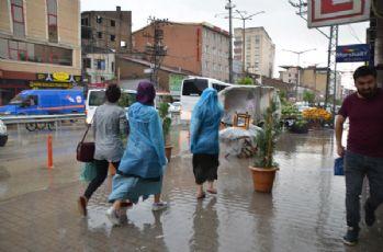 Yüksekova'da yağmur ve dolu etkili oldu