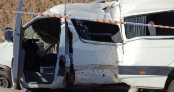 Minibüs direğe çarptı: 18 yaralı