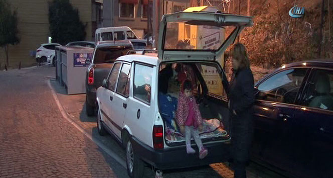 Evleri olmayan aile, arabada yaşıyor
