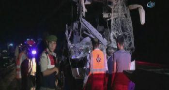 Otobüs kamyona çarptı: 1 ölü, 22 yaralı