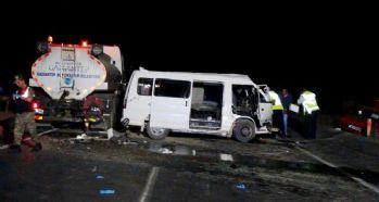 Minibüs sulama tankerine çarptı: 1 ölü, 1 yaralı