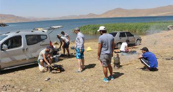 Türkiye'nin en yüksek rakımlı gölü ziyaretçi akınına uğruyor
