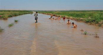 Çocuklar asfaltta yüzüyor