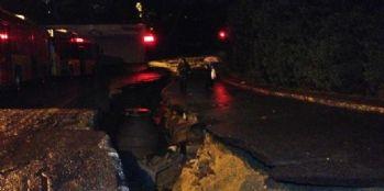 Çöken cadde otomobili yuttu