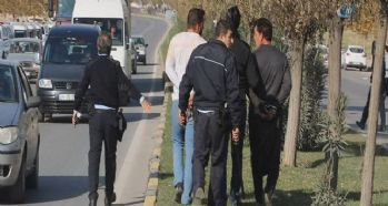 Düğün konvoyundaki silahı almaya çalışan polise saldırı