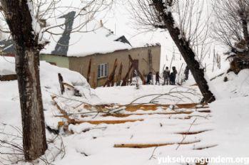Yüksekova'da fırtına evin çatısını uçurdu