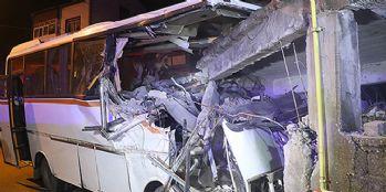 Servis midibüsü eve girdi: 4 ölü, 2 yaralı