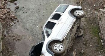 Hafif ticari araç köprüden uçtu: 2 yaralı