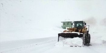 Van Bahçesaray yolunda karla mücadele çalışmaları