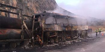 Yolcu otobüsü tıra çarptı: 13 ölü, çok sayıda yaralı var