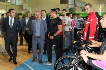 Yüksekova'da tenis kortu açıldı, sporculara malzeme dağıtıldı