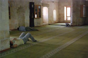 Sıcaktan bulanan vatandaşlar camilerde serinliyor