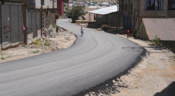 Yol asfaltlama çalışması devam ediyor