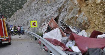 Kamyon kayalığa çarptı: 1 ölü, 1 yaralı