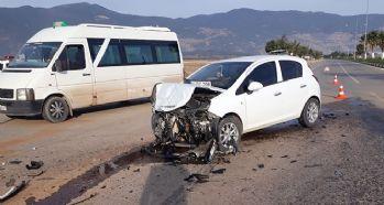 Yolcu minibüsü ile otomobil çarpıştı: 14 yaralı