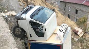 Yoldan çıkan kamyonet amuda kalktı
