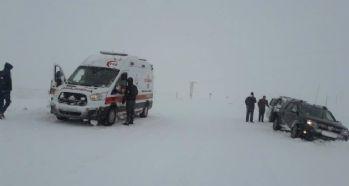 Kar yağışı ve tipi nedeniyle araçlar mahsur kaldı