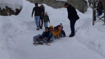 Hakkarili çocukların kayak keyfi