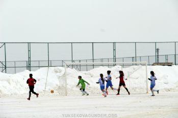 Kar altında futbol mücadelesi