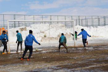 Kar, çamur demeden maça hazırlanıyorlar