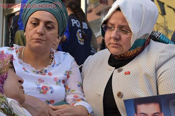 Hakan'dan Bakan Selçuk'un HDP önünde oturmasına tepki: Ne yapıyorsunuz?