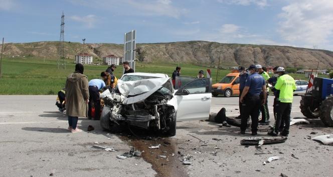 Otomobil ile traktör çarpıştı: 5 yaralı