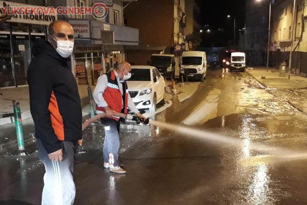 İtfaiye ekibi caddeleri dezenfekte etti