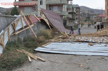 Yüksekova'da fırtına çatıları uçurdu