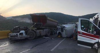 Tırla kamyon çarpıştı