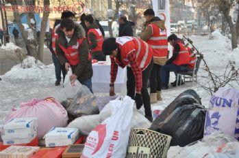 Soğuk havada depremzedeler için yardım topluyorlar
