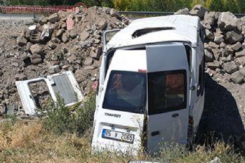 Van'da feci kaza! Şarampole uçan minibüste 14 kişi yaralandı!