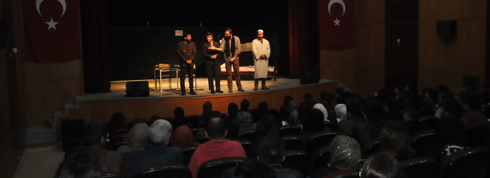 Yüksekova'da tiyatro oyunu