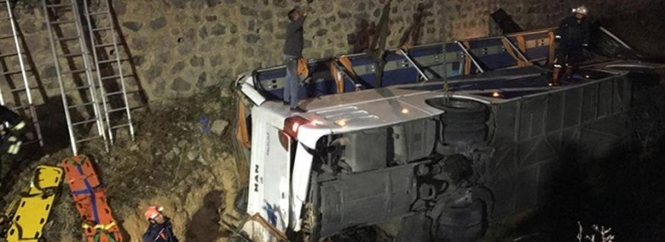 Otobüs su kanalına devrildi: 8 ölü